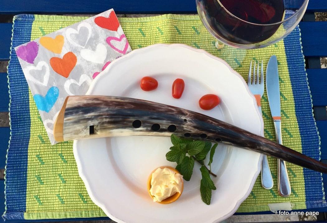 Gemshorn, spaßig dekoriert auf Teller mit Butter und Tomaten