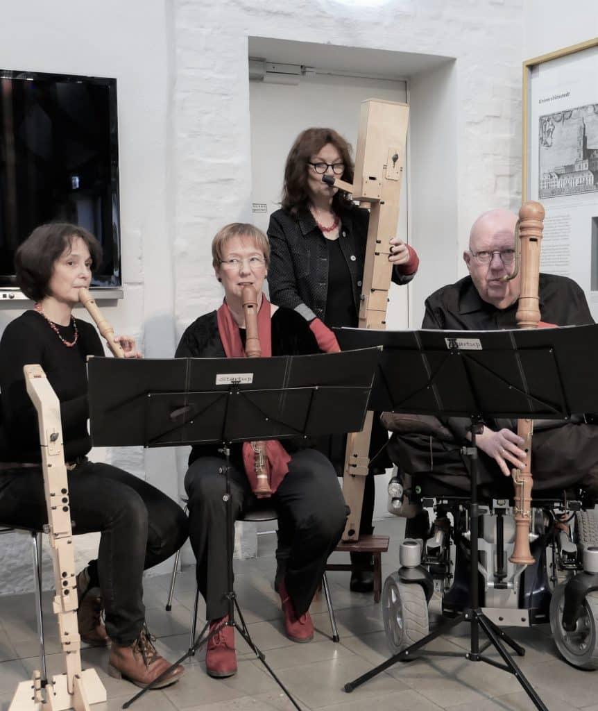 vier MusikerInnen mit Blockflöten